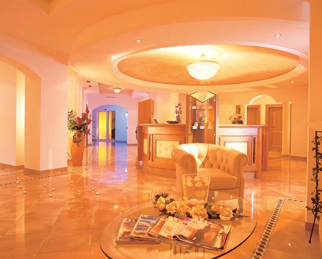Hotel-Gardena-Ortisei-Beauty-Farm-reception-by-Mario-Imst
