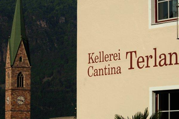 Italien Südtirol Kellerei Terlan Kellerei und Pfarrturm