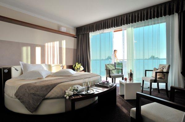 Aqualux-Hotel-roundsuite