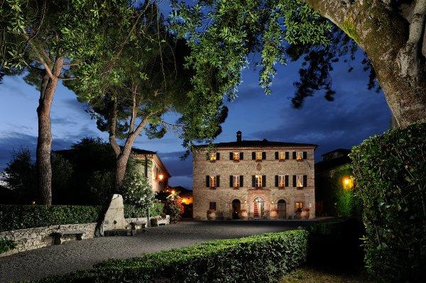 Resort-Borgo-San-Felice-palazzo-notte