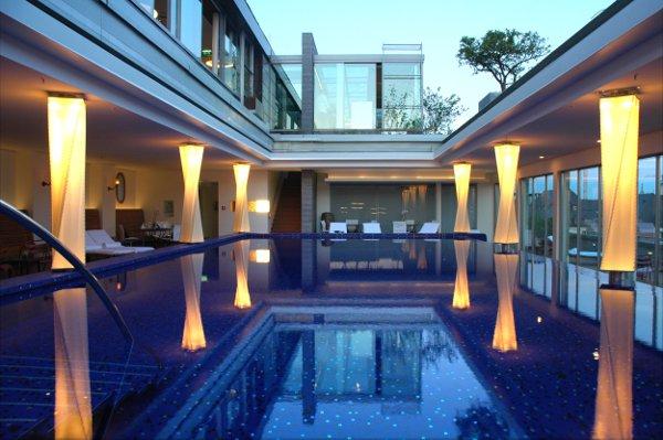 Bayerischer-Hof-Blue-Spa_Pool_Frontalansicht